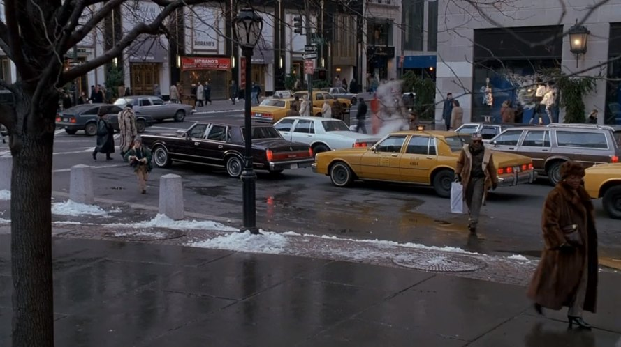 Imcdb Org 1986 Lincoln Town Car In Quot Home Alone 2 Lost In